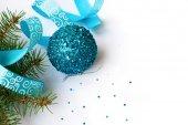 Gren av en julgran och blå boll och band — Stockfoto