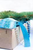 Box med jul leksaker, blå och silver pärlor, blå band och — Stockfoto