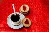 マーマレードの心を持ったコーヒーとクッキーのカップ — ストック写真