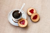 Cup of coffee and a cookie with a heart of marmalade — Zdjęcie stockowe