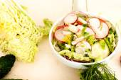 Spring salad with radishes, cucumber, cabbage and onion close-up — Stockfoto