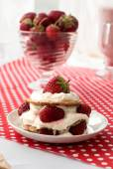 Cake van wafels met aardbeien en room — Stockfoto