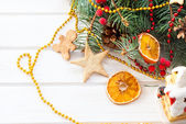 Báječný nový rok dům na pozadí jedle větví — Stock fotografie