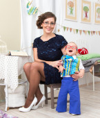 Young beautiful mother with little laughing son at home — Stock Photo