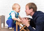 笑顔の父と彼の幼い息子がそれぞれ他を見てください。 — ストック写真