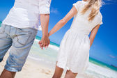 Romantic couple holding hands on the beach. — Stock Photo