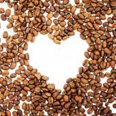 咖啡豆在心的形状。白色背景上孤立的咖啡豆。烘焙过的咖啡豆,可以用作背景. — 图库照片