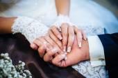 Eller Loving çiftin Evlendikleri gün bir kafede oturan kapatın. Buket çiçek — Stok fotoğraf