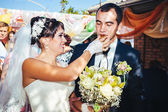 Young newlyweds kiss and enjoying romantic moment together at wedding day — Foto Stock