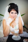 Bride with cup of cappuccino on table in a cafe. sensual happy married couple at restaurant. summer holidays, love, travel, tourism, relationship and dating concept - romantic — Foto Stock