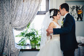 Wedding dance of charming bride and groom on their wedding celebration in a luxurious restaurant — Fotografia Stock