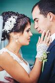 Joven pareja besándose en vestido de boda. ramo de novia explotación de flores — Foto de Stock