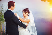 Wedding: bride and groom on the seashore. — Stock Photo