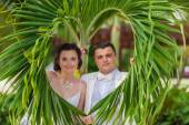 Young loving couple on tropical sea background - wedding on beach — ストック写真