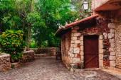 Park yolu. Antik köy Altos de Chavon - Dominik Cumhuriyeti yeniden sömürge kasaba. Casa de Campo, La Romana, Dominik Cumhuriyeti. Ponderosa tarzı, tropikal tatil beldesi — Stok fotoğraf