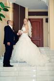 Glückliche junge Braut und Bräutigam an ihrem Hochzeitstag. Hochzeitspaar - neue Familie. Hochzeitskleid. Braut Hochzeit Blumenstrauß — Stockfoto