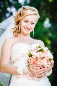 Beautiful bride outdoors. Bride holding wedding bouquet outside. Bride. Wedding hairstyle. A shot of a beautiful caucasian bride outdoor — Стоковое фото