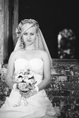 Beautiful bride outdoors. Bride holding wedding bouquet outside. Bride. Wedding hairstyle. A shot of a beautiful caucasian bride outdoor — Stock Photo