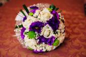 Beautiful delicate bridal bouquet on the table. floral wedding theme. — Stock Photo
