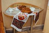 Wedding bread from wheat flour dough decorated with flowers - traditional Ukrainian round loaf an embroidery towel — Stock Photo