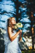 Portrait of a beautiful smiling bride posing in her wedding day — Stock Photo