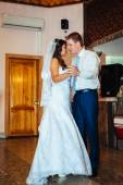 First  wedding dance of bride and groom in restaurant — Stock Photo