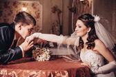 Miluji tě miláčku. novomanžele pít cappuccino café — Stock fotografie