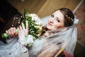 Portrait beautiful bride with bouquet of flowers on luxury interior in wedding day — Stok fotoğraf