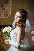 画像上豪华的内饰,在婚礼当天的花束的美丽新娘 — 图库照片