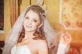 Portrét krásné nevěsty s kyticí na luxusní interiér ve svatební den — Stock fotografie
