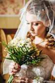 Portrait beautiful bride with bouquet of flowers on luxury interior in wedding day — Stock Photo