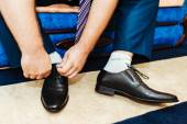Best man getting ready for a special day. groom putting his wedding shoes. — Foto Stock