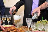 宴会場のテーブルからいくつかの食欲をそそる食べ物 — ストック写真
