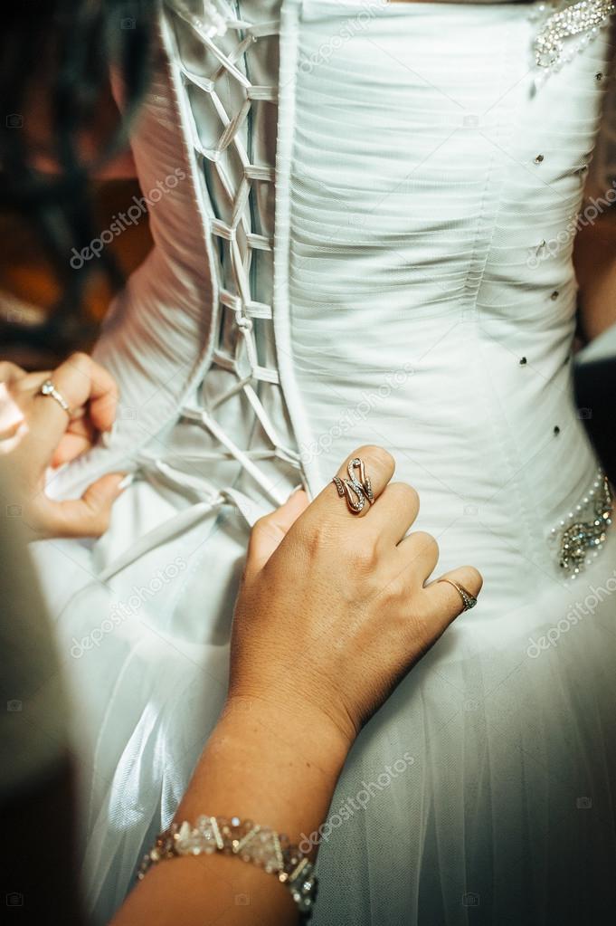 Ждет в белом свадебном платье