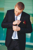 Portrait of handsome groom in the park getting ready for the wedding. — Fotografia Stock