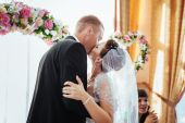 Beautiful caucasian couple just married and dancing their first dance — Stock Photo