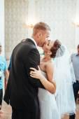 Lindo casal caucasiano só casado e dançar a primeira dança — Fotografia Stock