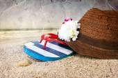 Hat with flowers and flip flops — Stock Photo