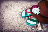 Chapéu de palha e flip-flops — Fotografia Stock