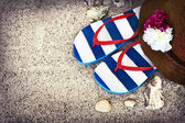 Hat with flowers and flip flops — Stockfoto