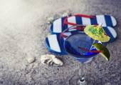 Flip flops with cocktail glass — Stock Photo