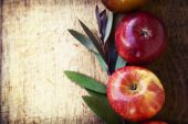 Apples and fall leaves — Stock Photo