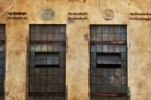Muro di mattoni con windows — Foto Stock