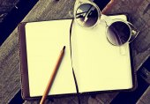 Sunglasses, copybook with pen — 图库照片