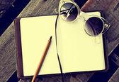 Sunglusses et copybook avec stylo — Photo