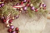 Noel şeker ve çam dalları — Stok fotoğraf