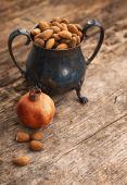 Eski bakır fincan badem — Stok fotoğraf