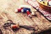 Scheren, Spulen mit Faden und Nadeln — Stockfoto