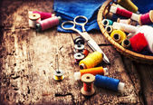 Scissors and bobbins with threads — Stock Photo