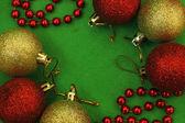 Sechs Weihnachtskugel und rote Perlen — Stockfoto
